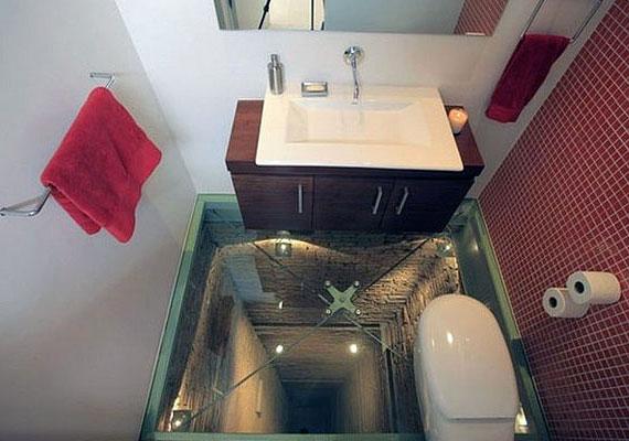 Hihetetlen, de egy belsőépítész tényleg ilyen mosdót álmodott meg egy régi bérházban kialakított penthouse-ba, a régi felvonóakna helyére.
