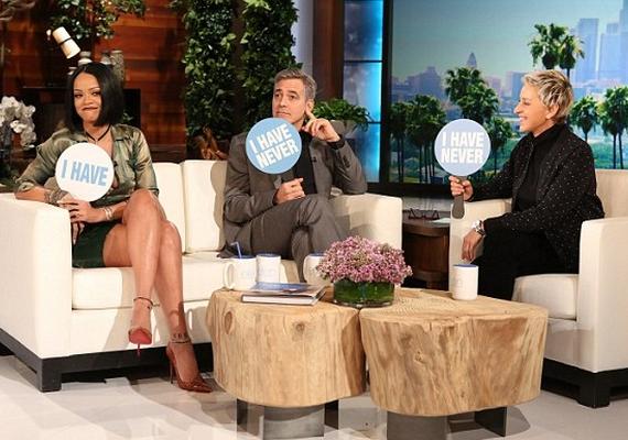 """Később csatlakozott hozzá George Clooney is, majd az """"Én soha..."""" játék során kiderült, hogy sem a műsorvezető Ellen, sem a színész nem szelfizett még pucéran - Rihanna viszont igen."""