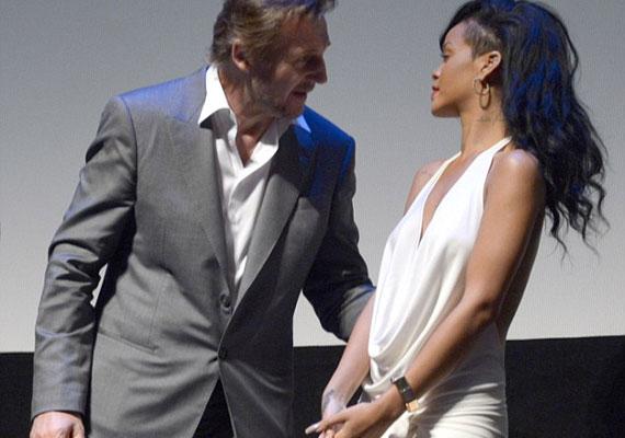 Rihanna magabiztosan cseveg a film másik sztárjával, Liam Neesonnal.