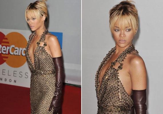 Az énekesnő természetesen ezúttal sem tudta megállni, hogy ne olyan ruhát válasszon, ami belátást enged a dekoltázsába.