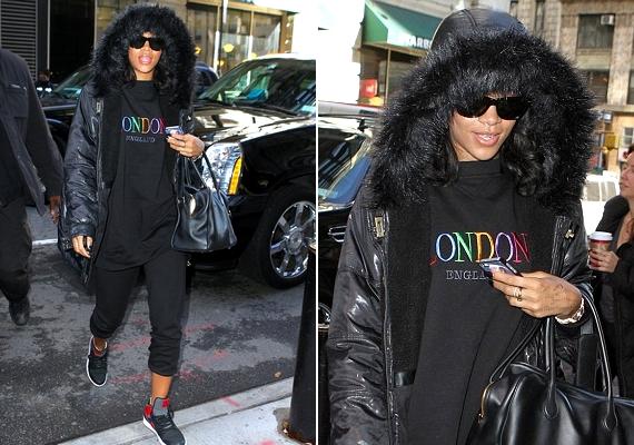 Még a napszemüveg és a kapucni rejteke alatt is látszik, hogy Rihanna arca gyűrött és megviselt.