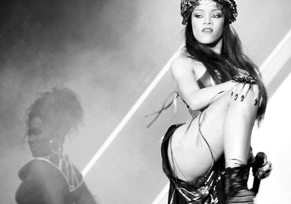 Rihanna láthatóan szívesen mutogatta a combjait az aranyszínű szoknyában.