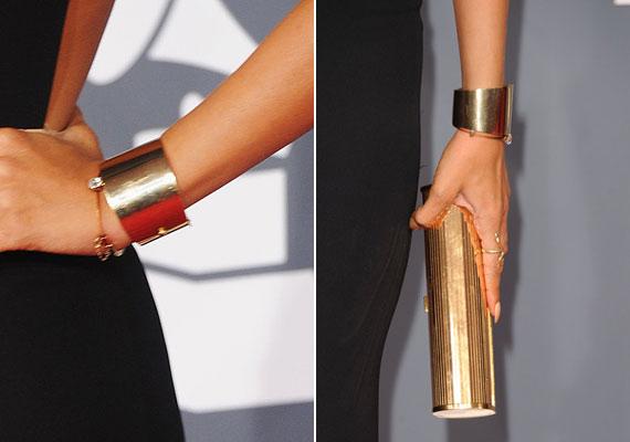 A sötét ruhához elegáns, aranyszínű kiegészítőket választott.