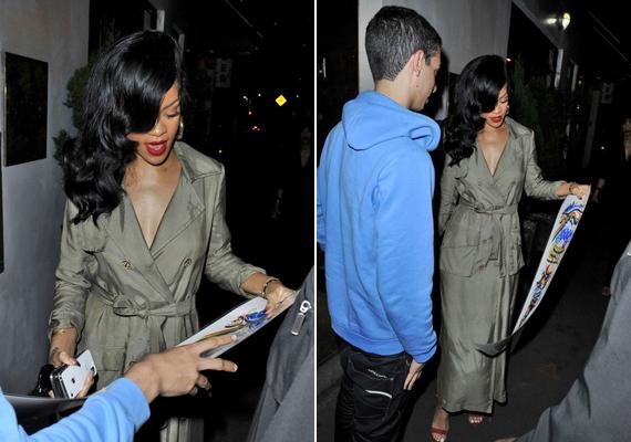 Rihanna láthatóan nem volt zavarban, örömmel osztogatott autogramot a rajongóinak.