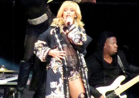 Vasárnap Rihanna koncertet adott, ahová még időben érkezett.