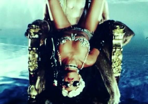 Ahogyan az egykori Hannah Montana, Rihanna is bemutat néhány nyakatekert pózt az új felvételen.