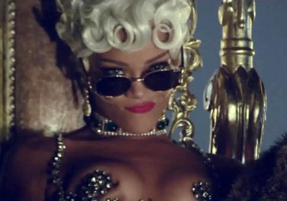 Rihanna legújabb, Pour It Up című klipjében nincs éppen túlöltözve, és a szőke paróka is szokatlan tőle.