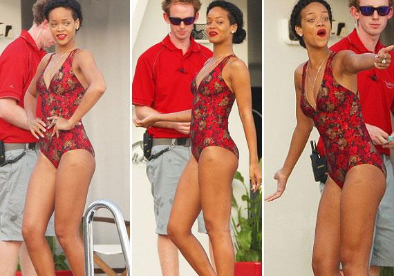 Rihanna kerek csípőjén jól mutatott a vintage stílusú Mink Pink fürdőruha.