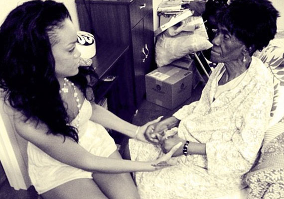Rihanna nagyon közel állt nagymamájához, Dollyhoz, aki nemrég rákban hunt el.