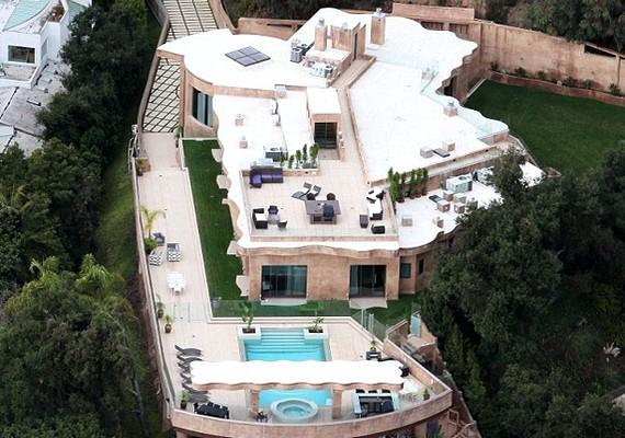 Rihanna szeretheti a nagy vendégségeket, mert csak a tetőn egy kisebb hadsereg elférne.