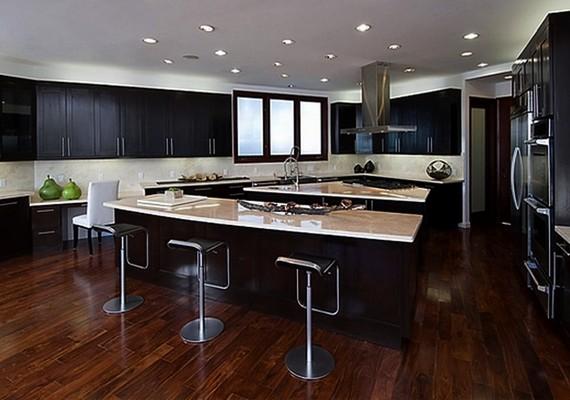 A régi konyhán is látszik, hogy csupa luxuscikkel rendezték be.