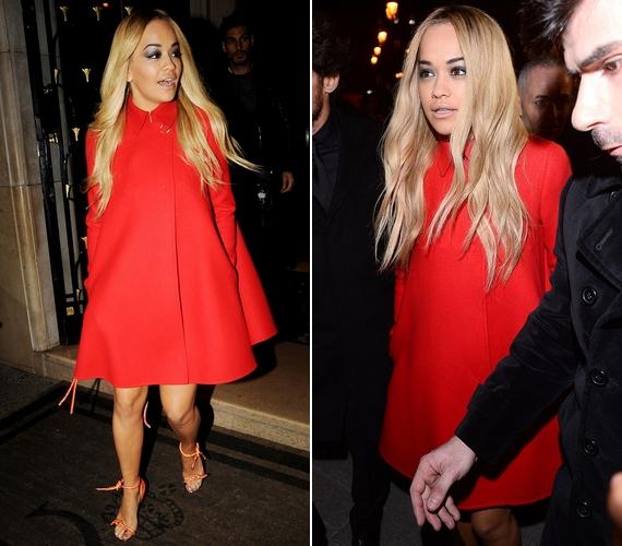 Az énekesnő egy piros kabátban érkezett, a bemutató elején ez alá rejtette a keveset takaró ruhát, amely a tavaszi couture kollekció darabja.