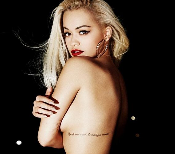 Ez a merész kép szivárgott ki Rita Ora 2016-os naptárából. Az eredeti fotón egyébként látszik, hogy egy farmernadrág azért van rajta, de odáig úgysem jut el a tekintet.