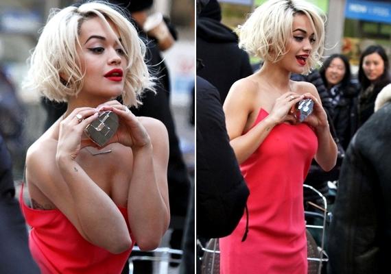 Ránézel, és fázol - Rita Ora a téli hidegben pózolt ebben a ruhában.