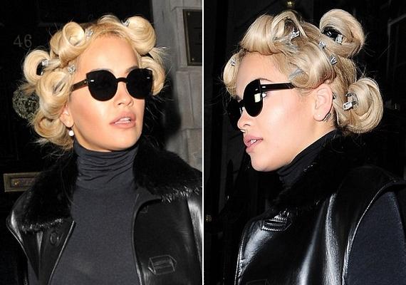 Készül a göndör haj: amíg kihűltek és rögzültek a tincsei, Rita Ora csatokkal a fején útra kelt, hogy intézze a dolgait.