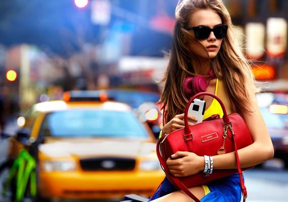 Rita legjobb barátnője, Cara Delevingne szintén a DKNY-nak dolgozik.