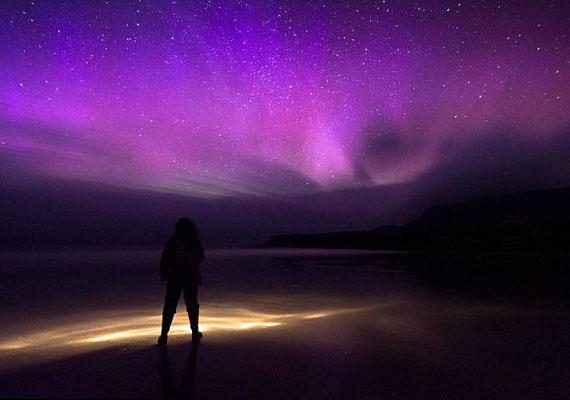 A sarki fény állandóan változik, mozog és cseréli a színét.