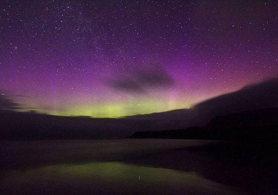A sarki fény a Föld északi és déli sarkánál a légkörbe behatoló töltött protonok és elektronok által keltett átmeneti fényjelenség.