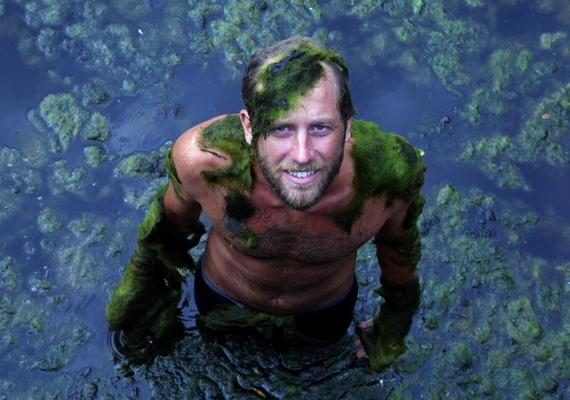 Rob elsősorban természetes vizekben, tavakban, vízesések alatt tisztálkodott az egy év alatt - az algás helyeket különösen kedvelte.