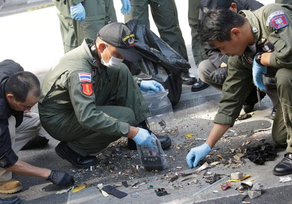 Helyszínelés az Eravan téren. A támadás helyi idő szerint este hét körül történt, így reggel még javában folyt a romeltakarítás és a helyszínelés a környéken.