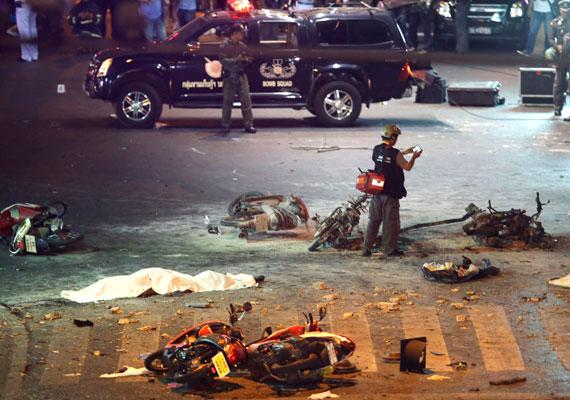 Így festett a bangkoki belváros közvetlenül a támadás után. A támadásban eddig 27-en vesztették életüket, és rengetegen megsebesültek, ami nem csoda, hiszen a belváros egy nagyon forgalmas terén történt a merénylet.