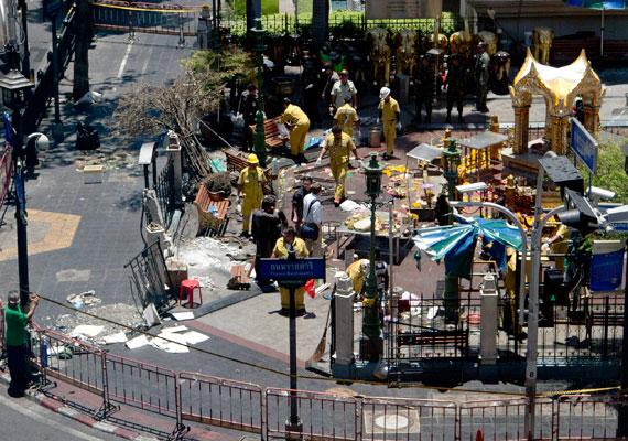 Az Eravan-szentély a támadás reggelén. A szentély közepén álló szobor nem sérült meg a detonációban. A Bangkok Charlie blog szerint 100 méteres körben kellet lezárni a környéket, hogy összegyűjthessék a törmelékeket.