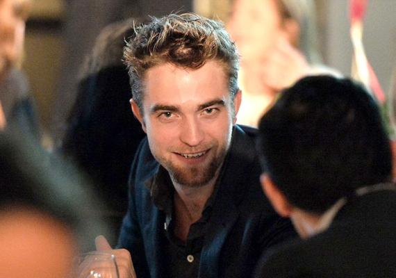 Robert Pattinson szemmel láthatóan nagyon jól érezte magát a GO GO jótékonysági gálán.