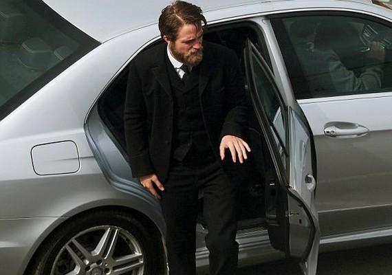 A filmben Észak-Írországban, Belfastban forgatják, Pattinson karakterének neve Henry Costin lesz.
