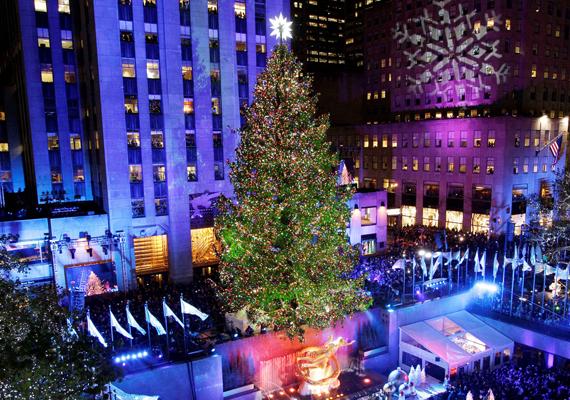 Nemcsak a fát, hanem a környező épületeket is megvilágítják, hogy a lehető legszebb legyen a látvány. Itt töltheted le a háttérképet!