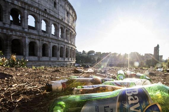 Szétdobált italosüvegek, kifeküdt gyep és szeméthalmok - sajnos ez jellemzi most a Kolosszeum közvetlen környékét.
