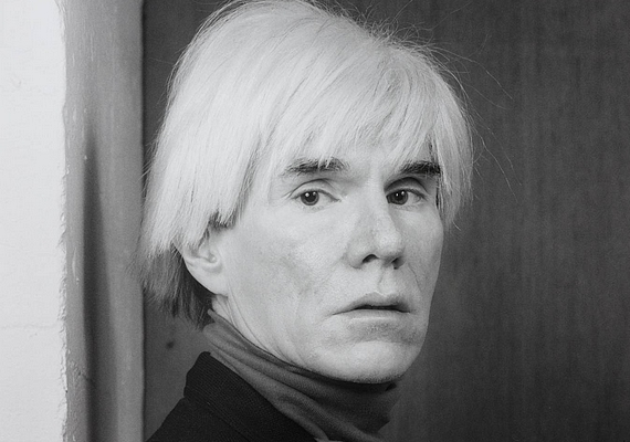 Andy Warhol képzőművész a pop-art irányzat központi figurájává vált, de rögös út vezetett idáig: a New York-i Modern Művészetek Múzeuma még akkor is visszautasította őt, amikor már kisebb helyeken önálló kiállításai voltak.