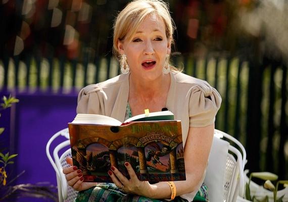 J. K. Rowling elképesztő vagyonra tett szert a Harry Potter sorozattal, ám mielőtt a Bloomsbury meglátta benne a fantáziát, 12 kiadó is visszautasította a könyv első részét - egyikük elnöke például közölte Rowlinggal, hogy inkább ne hagyja ott az állását az írás miatt.
