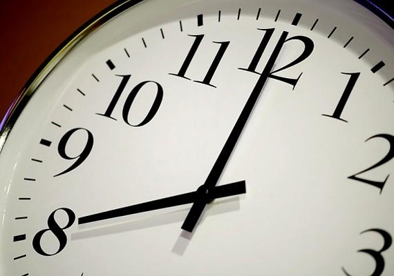 A stílusos késés már ősidők óta ott szerepel a pasifogó praktikák listáján. Öt perc várakoztatás még tényleg nem a világ, de nem ettől fog beléd habarodni a srác, ha pedig sokat késel, az már illetlenség.
