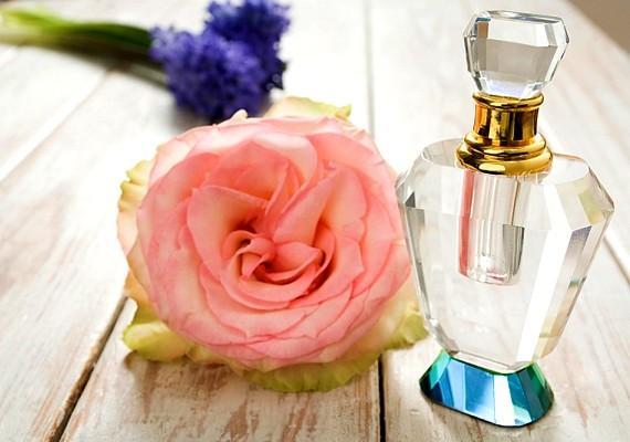 Egy leheletnyi tényleg jól jöhet a kedvenc illatodból, de a legtöbb pasi nem szereti az olyan lányokat, akiknek már öt méterről érezni lehet a parfümjét, különösen, ha az nem is illik hozzájuk.