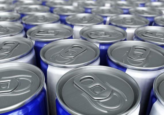 Újabban sokan úgy isszák az energiaitalokat, mint a vizet - pedig a magas koffein- és cukortartalmú, szénsavas italok nemcsak az egészségedre, hanem a bőrödre nézve is nagyon káros hatásúak.