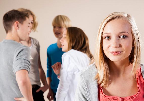 Veszélyes lehet, ha körülrajongják a lányok, és ő ezt láthatóan élvezi is: tipikus rosszfiús tulajdonság.