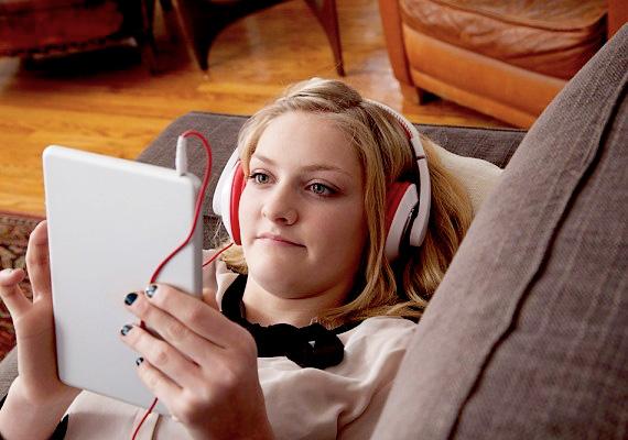 Hallgasd meg a kedvenc számodat, illetve keress új zenéket. Olyan dalokat hallgass, amelyek jobb kedvre derítenek, ne a szomorú melódiákat vedd elő!
