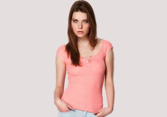 Szintén a Bershka terméke ez az apró patentos póló, ami 3595 forintért lehet a tiéd.