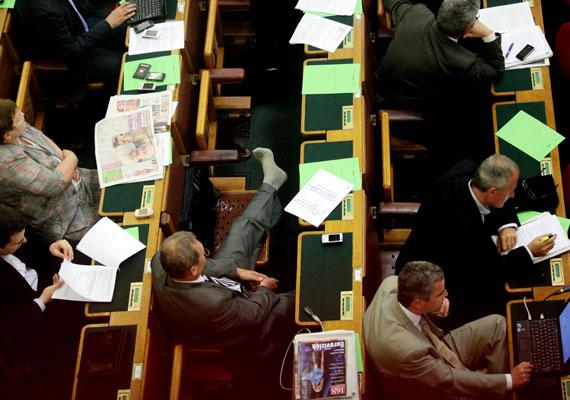 Béli Balázs - Barikád magazin - Eközben a parlamentben című sorozata a Képriport - sorozat - kategóriában harmadik lett.