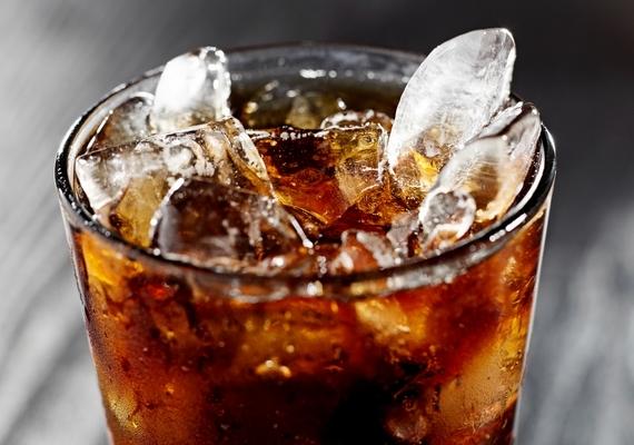 Nemcsak egyes ételekkel, de bizonyos italokkal is vigyáznod kell. A kóla és más szénsavas üdítők, sőt, a világos színű rostos italok is gyengítik a fogzománcot, és fokozzák a lepedékképződést.