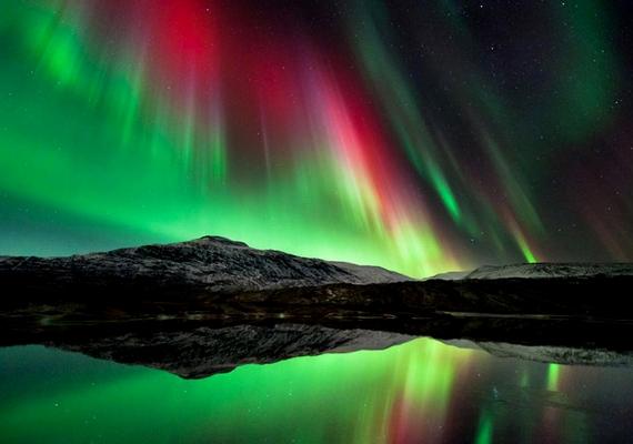 A nitrogénmolekulák miatt a sarki fény színeiben az ultraibolya tartomány, az oxigénmolekulák miatt a zöld és a vörös dominál.