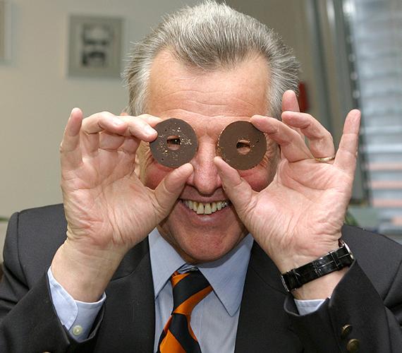 Schmitt Pál előbb házelnök, majd köztársaságielnök-jelölt lett 2010 júniusában. Ez a kép is akkor készült, többek szerint azért, hogy szerethetővé varázsolják Schmittet.