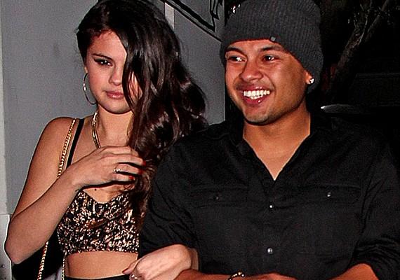 Alfredo láthatóan élvezte a helyzetet, de Selena mintha valahogy nem teljesen lett volna ura az arcának.