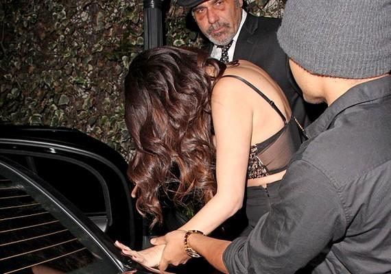 A nehézkes beszállásból és az énekesnő külsejéből arra lehet következtetni, hogy Selena nem fáradt, hanem inkább spicces volt.