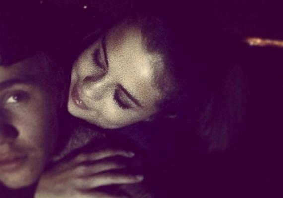 """Íme, a fotó, ami végképp világossá tette, hogy Selena és Justin újra együtt vannak. A képet Justin Bieber posztolta ki az Instagramra,a következő szöveggel: """"imádom, ahogy rám nézel""""."""