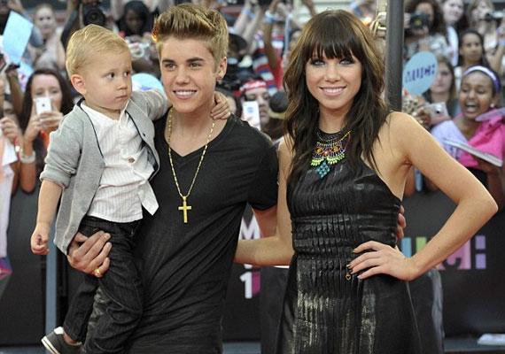 Justin Bieber a kistesójával és egy általa felfedezett énekesnővel, Carly Rae Jepsennel érkezett.
