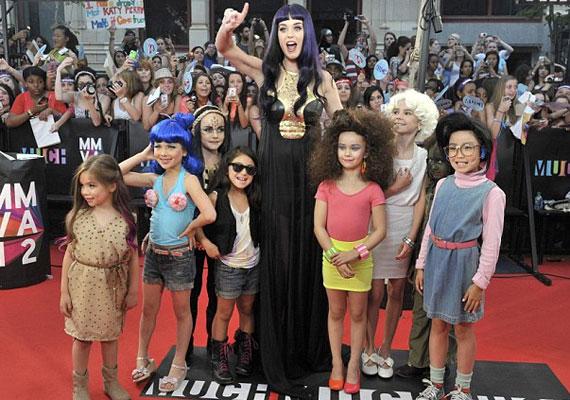 Katy Perry pici rajongói példaképük legendás ruháiba bújtak - azért a sütimelltartóval szerintünk egy picit túllőttek a célon...