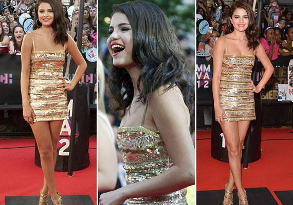 Selena Gomez gyönyörű, szexi, arany miniben jelent meg.