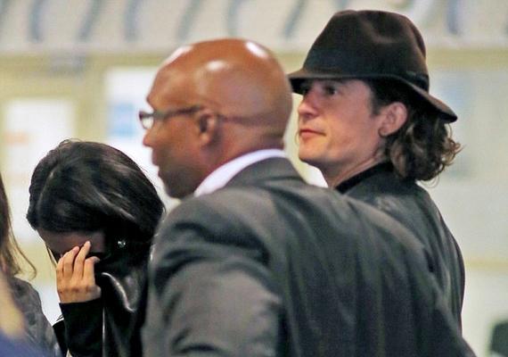 Mikor egymás mellé kerültek, Selena azonnal takarni kezdte az arcát a fotósok elől.