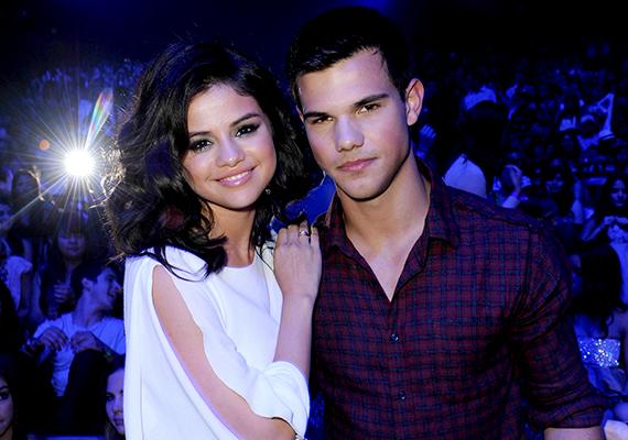2009-ben, még Bieber előtt Selena egy röpke hónapra összejött Taylor Lautnerrel, az Alkonyat-filmek vérfarkasával. Vele az énekesnő legjobb barátnője, Taylor Swift is randizott egy ideig.